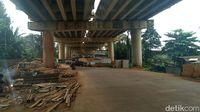 Hati-hati Melintas Jalan Bango, Ada Perlengkapan Konstruksi Berserakan