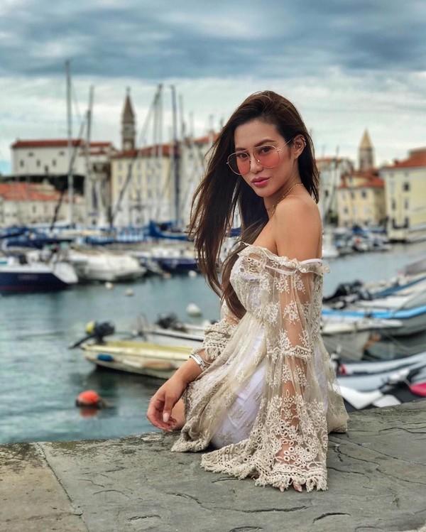 Kota Piran di Slovenia terkenal dengan kawasan pesisir yang cantik, sekaligus tempat parkir yacht. Elly Lam juga tak lupa untuk foto-foto di sana (ellyxxbean/Instagram)