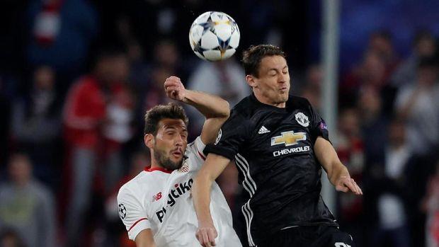 Manchester United tidak mampu bermain lepas karena tekanan Sevilla sejak menit awal.