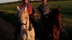 Hafiz Al-Quran asal Spanyol, Luqman Nieto tengah diperbincangkan wanita Indonesia karena ketampanannya. Bukan hanya itu, ia ternyata suka sekali berkuda.