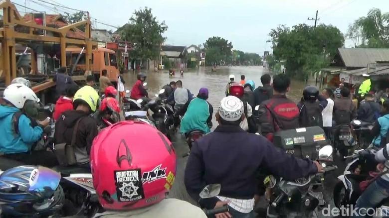 Banjir 1 Meter, Jalur Pantura Pasuruan Lumpuh