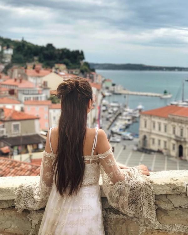 Masih di Eropa, sudah banyak negeri yang didatangi Elly Lam. Ini fotonya saat di Tartini Square, Kota Piran di Slovenia (ellyxxbean/Instagram)