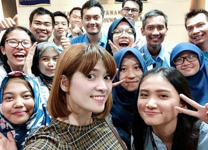 Mengutip akun Instagram @chikajessica88, Jakarta, Kamis (22/2/2018). Pasangan Deddy Corbuzier di acara Hitam Putim ini datang dalam rangka konsultasi pengisian SPT Tahunan Pajak Tahun 2017. IG Chika Jessica/Istimewa.