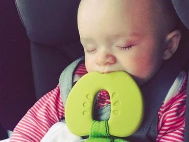 Sampai tidur pun teether-nya masih nempel. Gatel banget ya, Nak, gusinya? (Foto: Instagram/ @queen_debs)