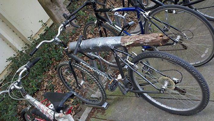 Palang depan dan kursi sepeda ini sudah diperbaiki. Gantinya, ada sebatang kayu yang dibalut lakban. Foto: boredpanda