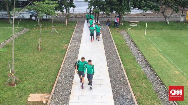 Egy Maulana dan Ilija Spasojevic berbincang saat tiba di tempat latihan Timnas Indonesia U-23.