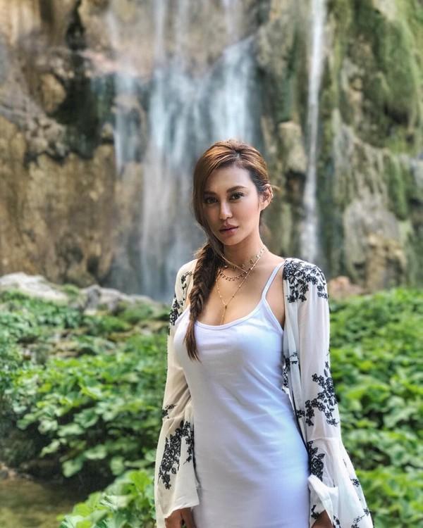 Elly Lam menjabat sebagai assistant vice-president di salah satu perusahaan ayahnya, Media Asia Entertainment Group. Lewat Instagram pribadinya @ellyxxbean, selain aktivitas kesehariannya, dia juga juga suka memposting foto jalan-jalannya keliling dunia (ellyxxbean/Instagram)