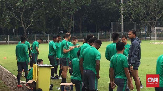 Ilija Spasojevic dan Egy Maulana tempat berbincang sebelum berlangsungnya latihan Timnas Indonesia.