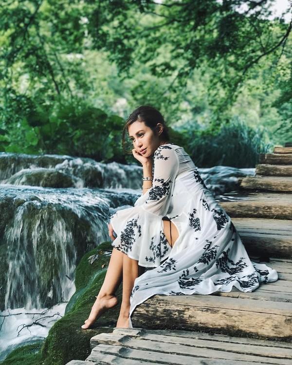 Pose Elly Lam di Danau Plitvice. Danau di Kroasia ini disebut-sebut merupakan danau tercantik di dunia (ellyxxbean/Instagram)