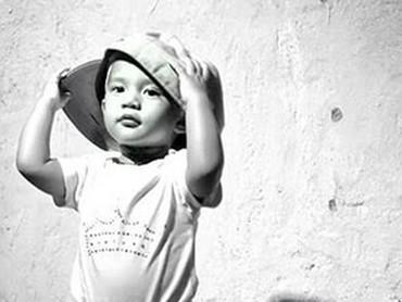 Wah, gaya Kiara udah mirip Ayah Iwa nih. He-he-he. (Foto: Instagram/ @iwaktherockfish)