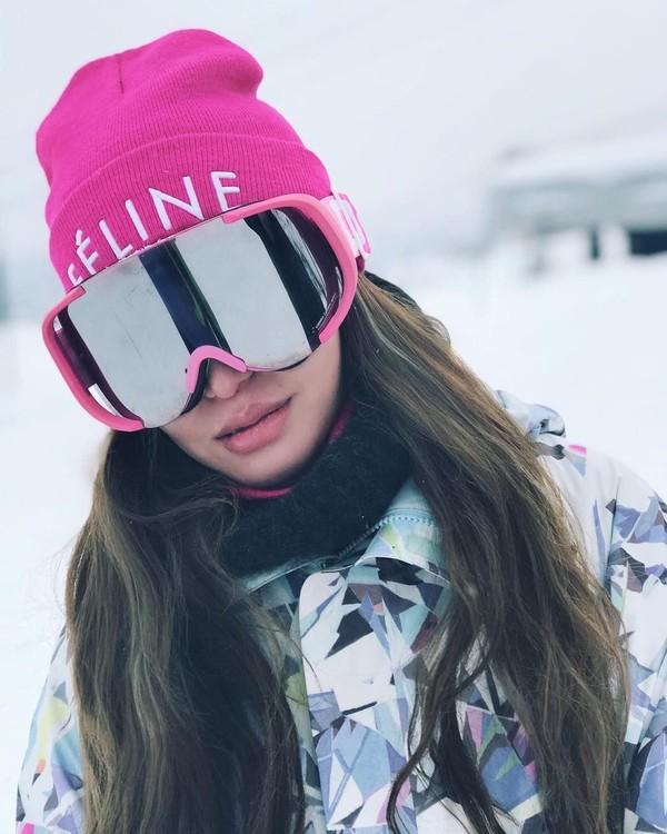 Elly Lam suka beberapa aktivitas olahraga yang menantang, seperti main ski di Hokkaido ini (ellyxxbean/Instagram)