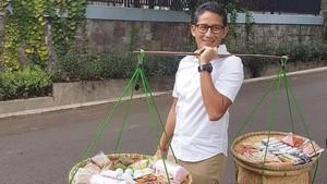 Lihat Aksi Sandiaga Uno Jadi Tukang Jajanan Pikul Sampai Kulineran di Solo