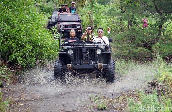 Wisata alam berkeliling kawasan Gumuk Pasir dan pantai selatan menggunakan mobil jip itu menjadi alternatif wisata baru di Bantul (Ombak Samudera/detikTravel)