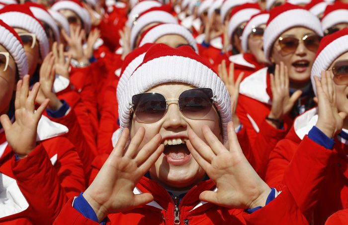 Cheerleader Korea Utara beraksi di Yongpyong Alpine Centre, Pyeongchang. REUTERS/Kai Pfaffenbach.