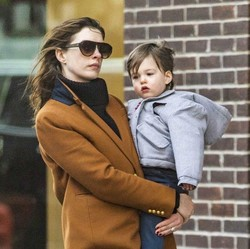 Happy-nya Anne Hathaway Dapat Dukungan Menyusui dari Rekan Kerja