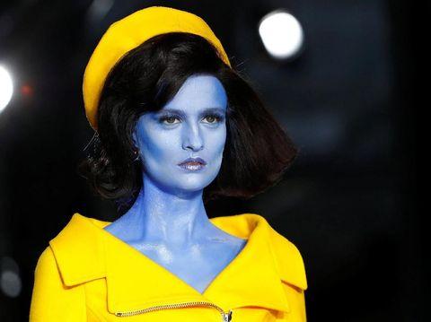 Saat Jackie O Jadi Alien di Fashion Show Moschino