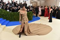Priyanka Chopra dalam balutan coat dress Ralph Lauren.