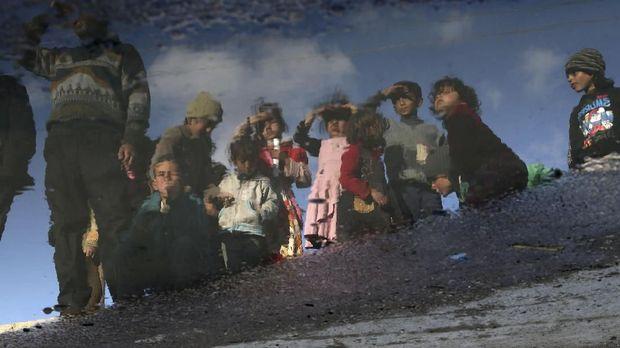 Anak-anak di Ghouta Timur menanti bantuan.