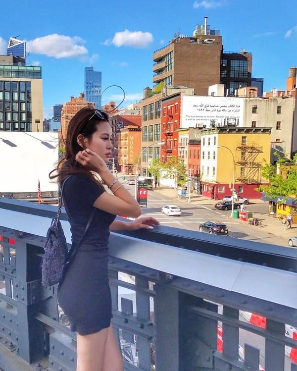 Benua Amerika pun pernah Elly Lam sambangi. Ini fotonya di The High Line, salah satu taman kota di New York, AS (ellyxxbean/Instagram)