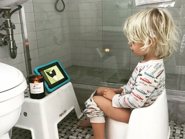 Boleh deh sekali-sekali nonton video sembari toilet training. Hi-hi-hi. (Foto: Instagram/larsfiliphammar)