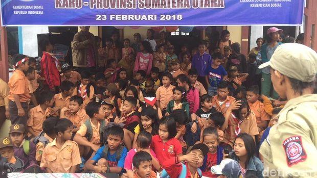 Mensos Idrus Marham mengunjungi pengungsi korban erupsi Sinabung, Jumat (23/2/2018)
