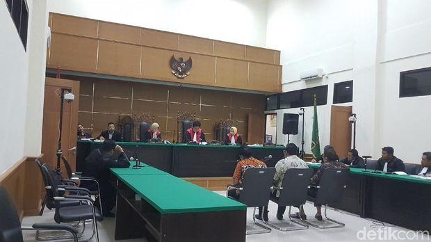 Sidang vonis tiga terdakwa penyuap Wali Kota Cilegon nonaktif Iman Ariyadi di Pengadilan Tipikor Serang, Jumat (23/2/2018)