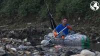 Perahu botol plastik mereka bangun di Bali, bermaterialkan bambu sebagai rangkanya. Mereka ini sudah 10 tahun berada di Indonesia dan besar di Bali. Ini adalah Gary Bencheghib di Citarum (Dok. Make A Change World)