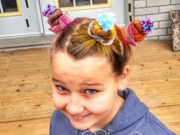 Gel, pewarna rambut, dan aksesoris boleh banget digunakan untuk menghias rambut anak. (Foto: Instagram @tobibophotography)