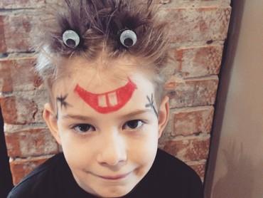 Kyaaa ada monsteeer! Cukup kreatif kan, Bun? Ya, di Crazy Hair Day, rambut anak-anak didandani sekreatif mungkin. (Foto: Instagram @erinsiebring)