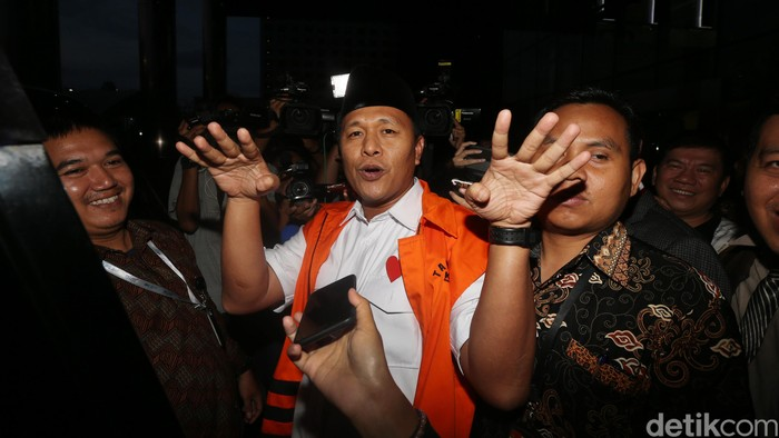 Mantan Bupati Lampung Tengah Mustafa saat pertama kali ditahan KPK (Foto: Ari Saputra/detikcom)