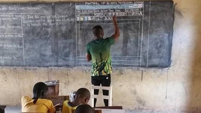 Richard menggambar Microsoft Word di papan tulis. Foto: Facebook