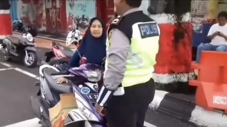 Foto: Aksi Emak-emak Gigit Tangan dan Pukuli Polisi di Kudus