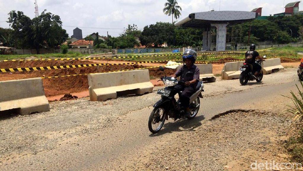 Penampakan Jalan Rusak Dekat Tol Cijago yang Bikin Sebel