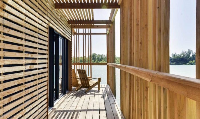 Atelier Lavit berbasis di Paris mengembangkan sebuah hotel ramah lingkungan yang unik. Hotel ini dibangun di atas sebuah danau. Mayoritas materialnya terbuat dari kayu, sehingga, hotel ini bisa mengapung. Istimewa/Inhabitat