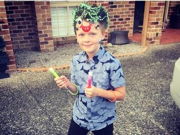 Rambut anak ini dihias agar menyerupai monster nih, Bun. Tuh lihat mulut monsternya ada di kening. (Foto: Instagram @nessiemay08)