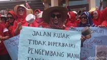 Takut Jatuh dan Jambret, Emak-emak Sidoarjo Unjuk Rasa Jalan Rusak
