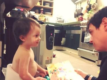 Hmm, si kecil lagi serius ngomongin apa sih sama ayahnya? (Foto: Instagram/bridbeck2)