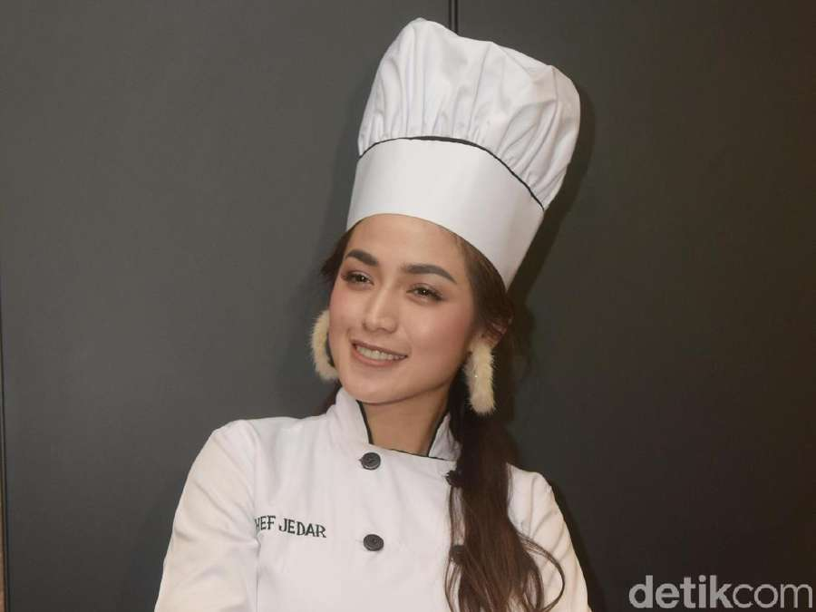 Pintar Masak, Jessica Iskandar Siapkan Makanan untuk Anak Yatim
