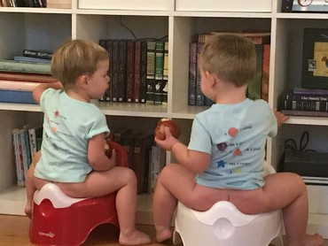 Toilet training untuk kakak dan adik sekaligus? Kenapa nggak. (Foto: Instagram/sarah_jaybird)