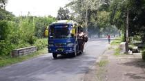 Tiap Pagi Pelajar Ngawi Bertaruh Nyawa Bergelantungan di Pintu Bus
