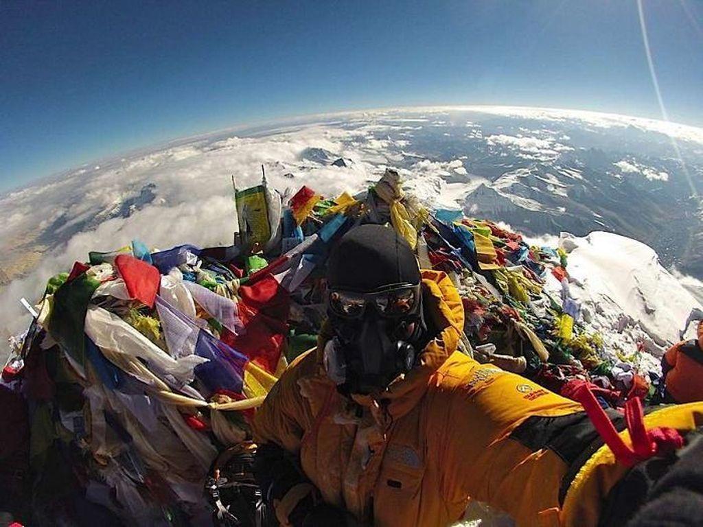 Puncak gunung Everest yang ternyata penuh sampah. Foto: Brightside