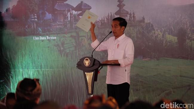Jokowi bagikan sertifikat tanah di Bali. Foto: Andhika Prasetya/detikcom