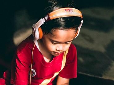 Sst, ada yang lagi serius ndengerin musik nih. (Foto: Instagram/ @dr_tompi)