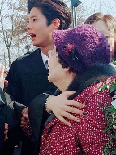 So Sweet, Park Bo Gum Melindungi Seorang Nenek Saat 'Diserbu' Fans