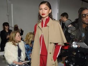 Foto: Gaya Kece Zendaya, Padukan Baju Olahraga dengan Long Vest Elegan