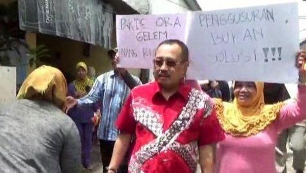 Kedatangan Ketua DPRD Surabaya disambut demo