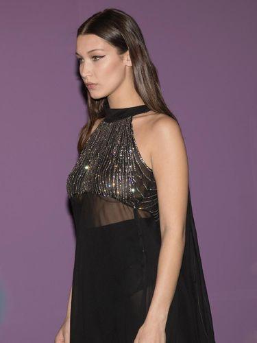 Eksis di Milan Fashion Week, Bella Hadid Seksi Bergaun Transparan