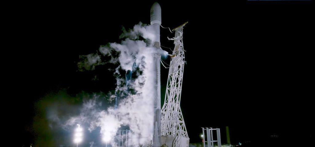 Proyek Starlink, jaringan yang berisi kumpulan satelit penyedia layanan internet berkecepatan tinggi, dimulai dengan peluncuran Falcon 9 malam tadi. (Foto: SpaceX)