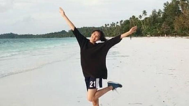 Ajang kompetisi kecantikan Miss Indonesia 2018 baru saja memenangkan dara cantik bernama Alya Nurshabrina. Cantik dan aktif di bidang sosial, wanita yang kerap disapa Alya ini juga suka pantai (alya.nurshabrina/Instagram)