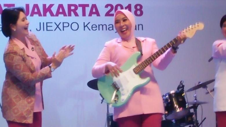Buka Lomba Band di Kemayoran, Istri Kapolri Main Gitar Listrik